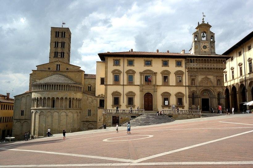 1280px-Arezzo_-_Piazza_Grande